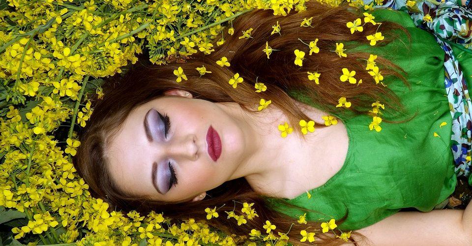 Jeune femme qui rêve - Source : PixaBay