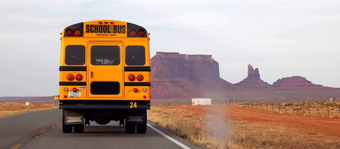 Un school bus américain sur la route de Monument Valley - Photo : Laurence J