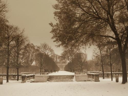 Le Louvre depuis les Tuileries sous la neige