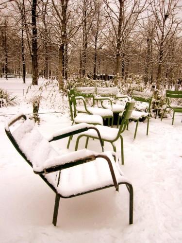 Paris sous la neige chaises des Tuileries