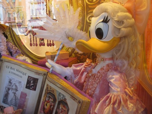 Disneyland vitrine daisy