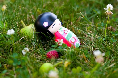 poupee-jap-se-repose-dans-jardin.jpg