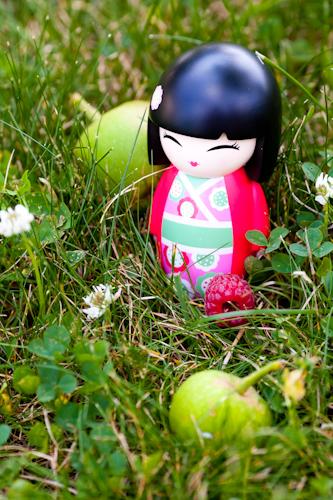 poupee japonaise et pommes vertes