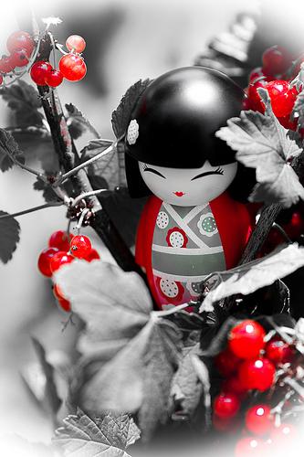 poupee-japonaise-noir-et-rouge.jpg