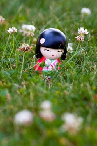 poupee kokeshi dans le jardin