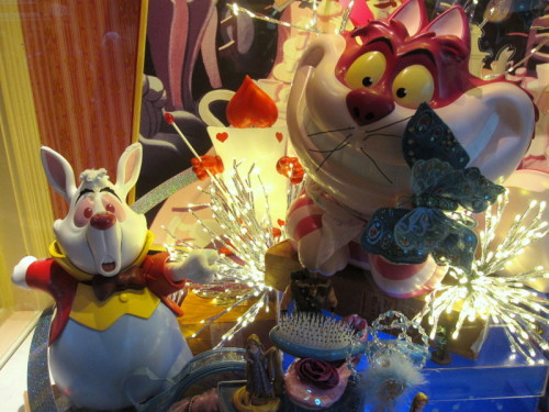 Disneyland vitrine lapin Alice