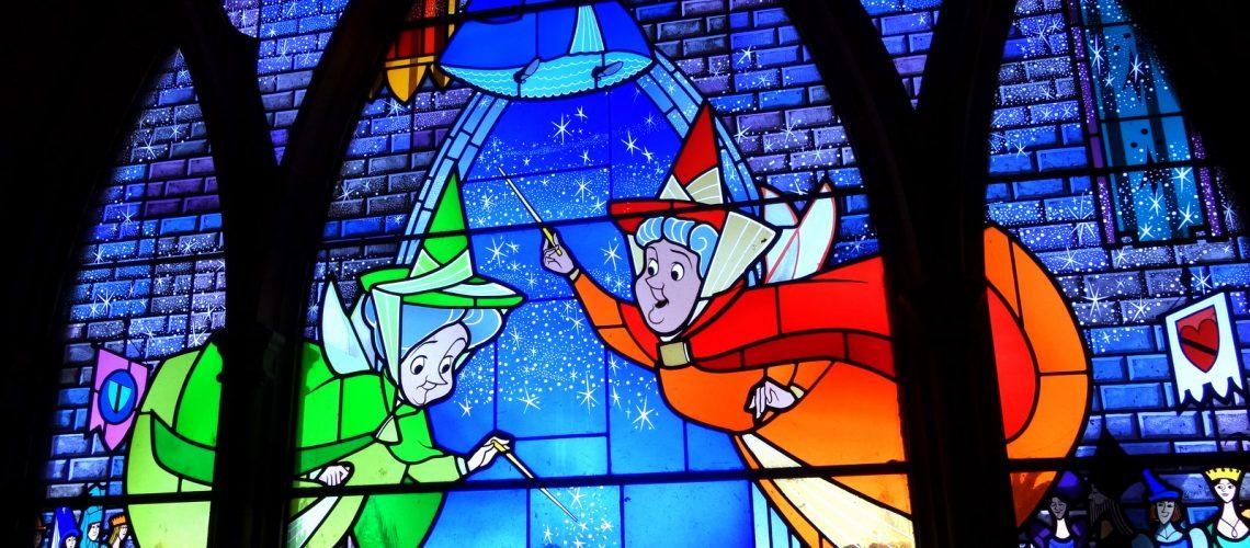 Le château de la Belle au bois dormant à Disneyland Paris : les fées marraines sur les vitraux