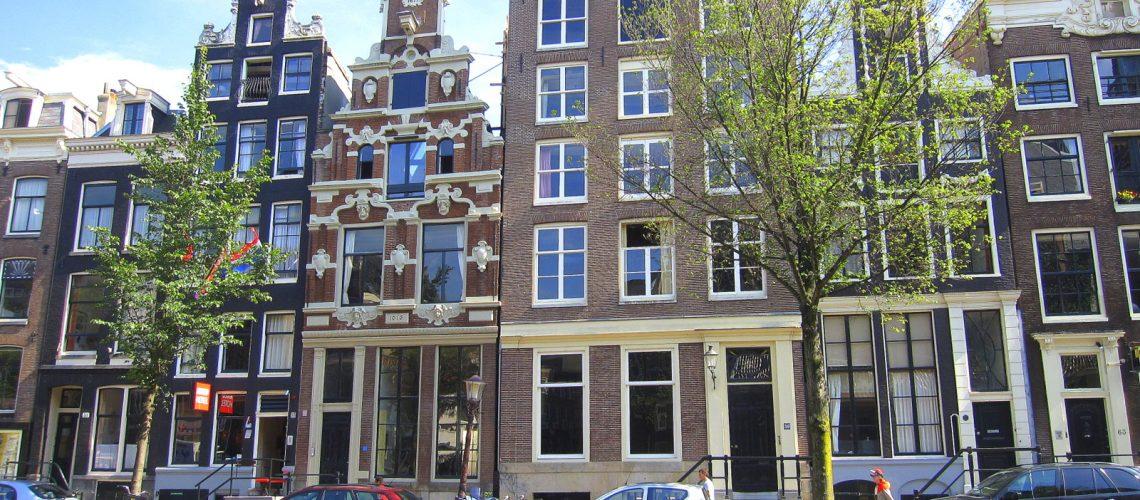 Les façades des maisons typiques d'Amsterdam vues du canal