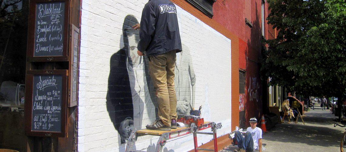 Un artiste dessine une fresque à Williamsburg Booklyn