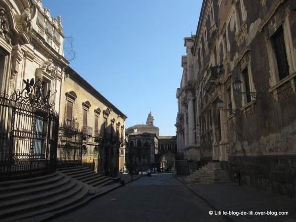 Sicile-11-rue-crociferi-catane.JPG