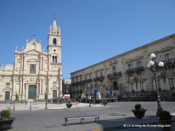 Sicile-Acireale-13-place-duomo.JPG