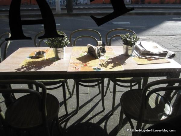 Amsterdam-Bagels-and-beans-par-la-vitrine.JPG