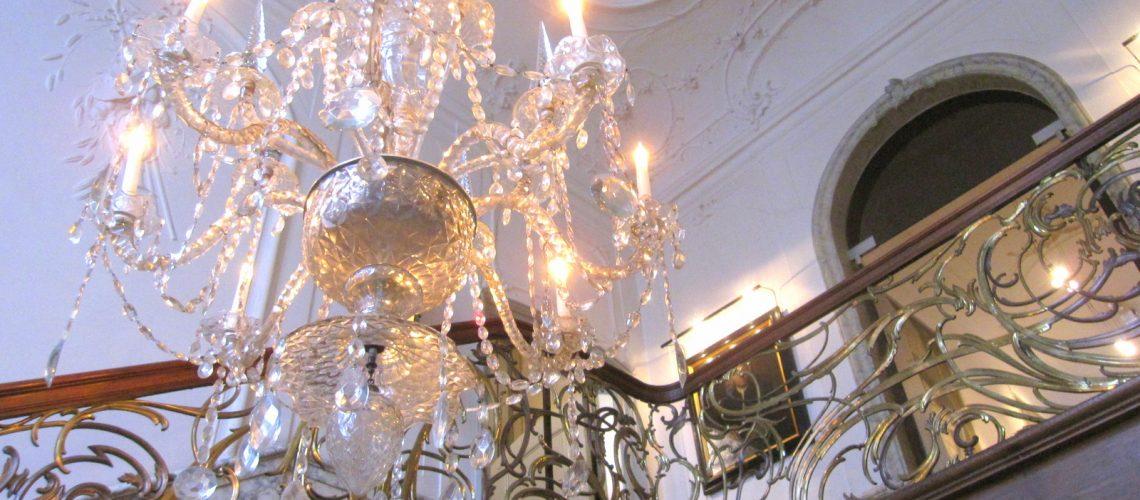 Le lustre de la grande entrée du musée Van Loon