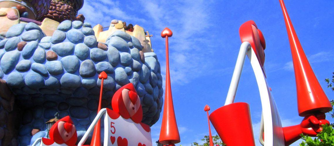 Les cartes gardent le château de la reine de cœur à Disneyland Paris
