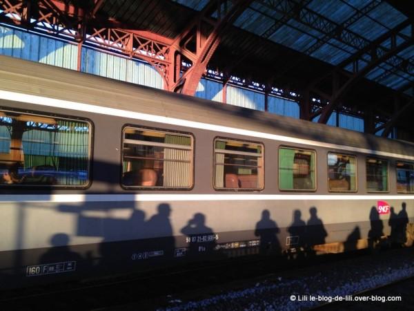 Gare-de-Troyes-reflet-sur-un-train.JPG
