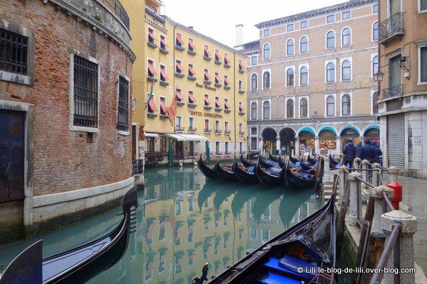 Venise ruelle gondoles