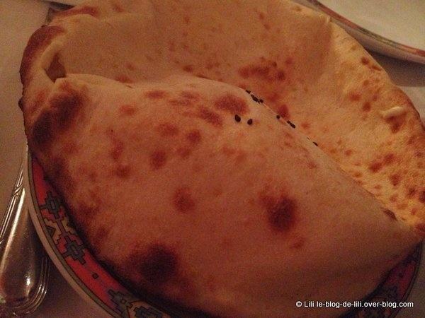 Pour commencer : un punch indien et du cheese naan