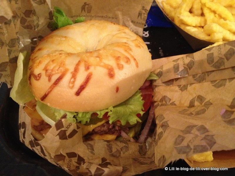 Un burger-bagel chez Factory & Co, à Bercy village