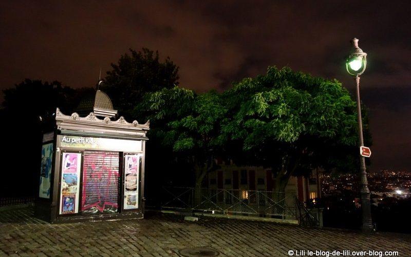 Kiosque à journaux parisien à Montmartre