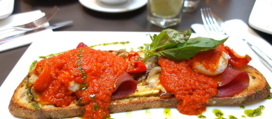 Les délicieux œufs benedict du restaurant branché Benedict, dans le Marais à Paris