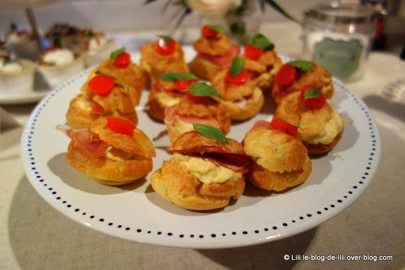 Choux à la tomate-mozzarella et pétales de jambon cru
