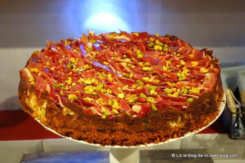 Cheesecake herbes fraîches, pistaches et rubans de Serrano