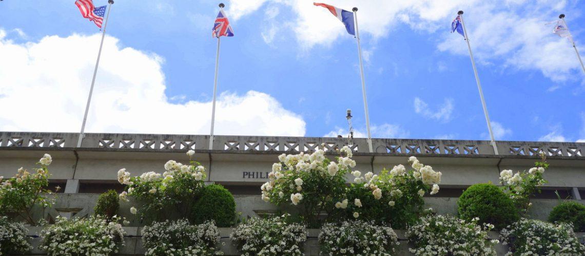 Les drapeaux du court Philippe Chatrier à Roland Garros