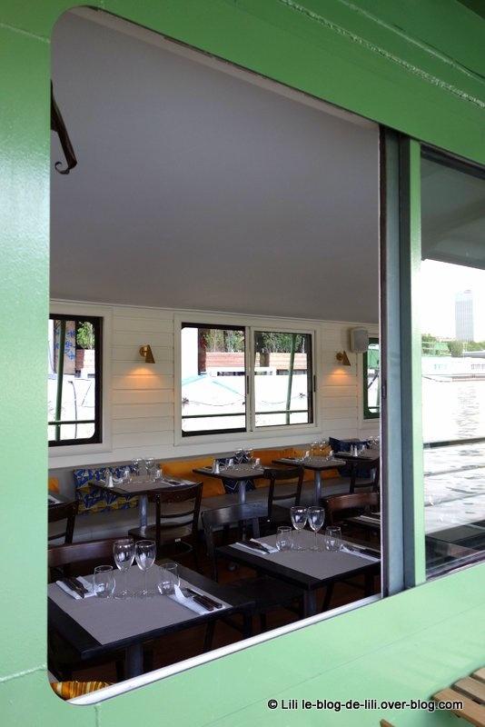 La péniche : le restaurant, la décoration... Bercy en fond !