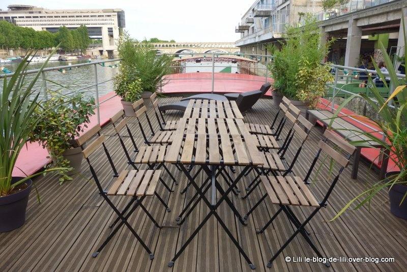 À l'étage de la péniche : ambiance terrasse et vue sur la piscine...