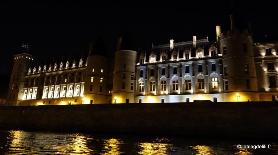 Un apéro-blog sur la Seine, entre les monuments de Paris illuminés