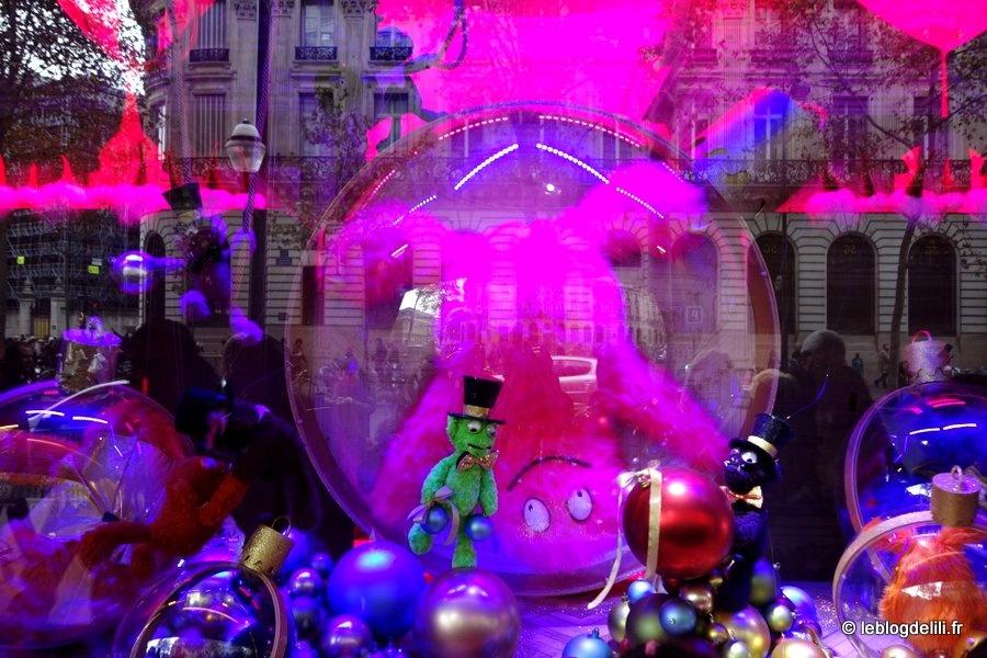 Promenade devant les vitrines des grands magasins à la veille de Noël