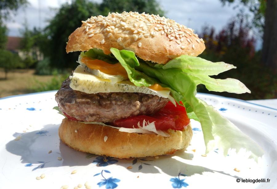Des burgers faits maison avec une préparation pour pains spéciaux
