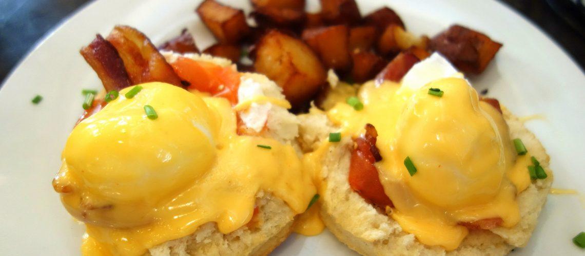 À l'heure du brunch à la Nouvelle-Orléans : œufs benedict et pommes de terre