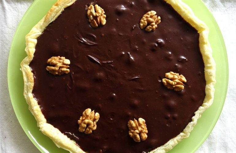 La délicieuse tarte au chocolat et aux noix préparée avec la pâte Herta