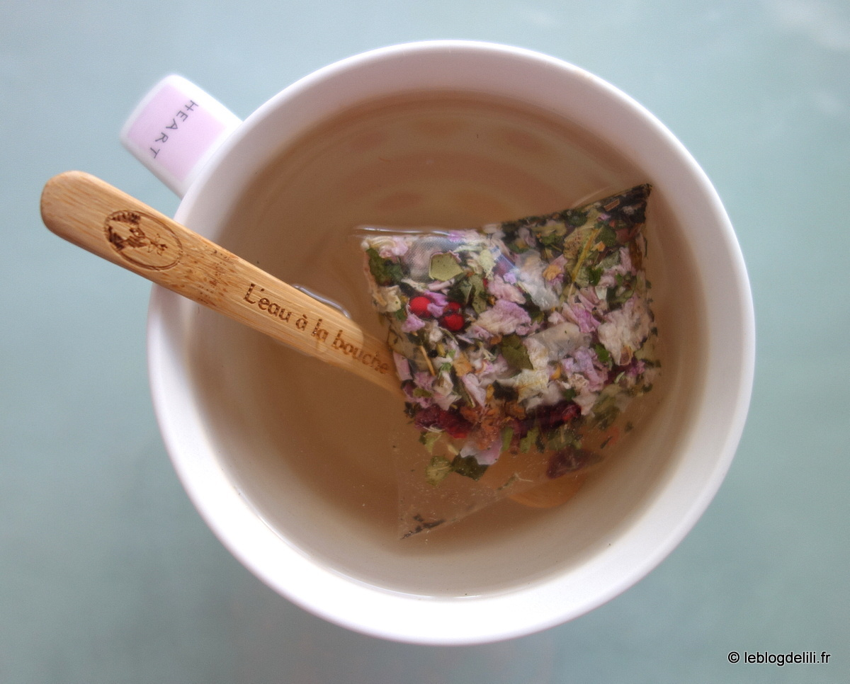 """Une infusion de """"Belle plante"""" : baie rose, framboise, frêne, ortie, rose de Damas, tilleuil"""