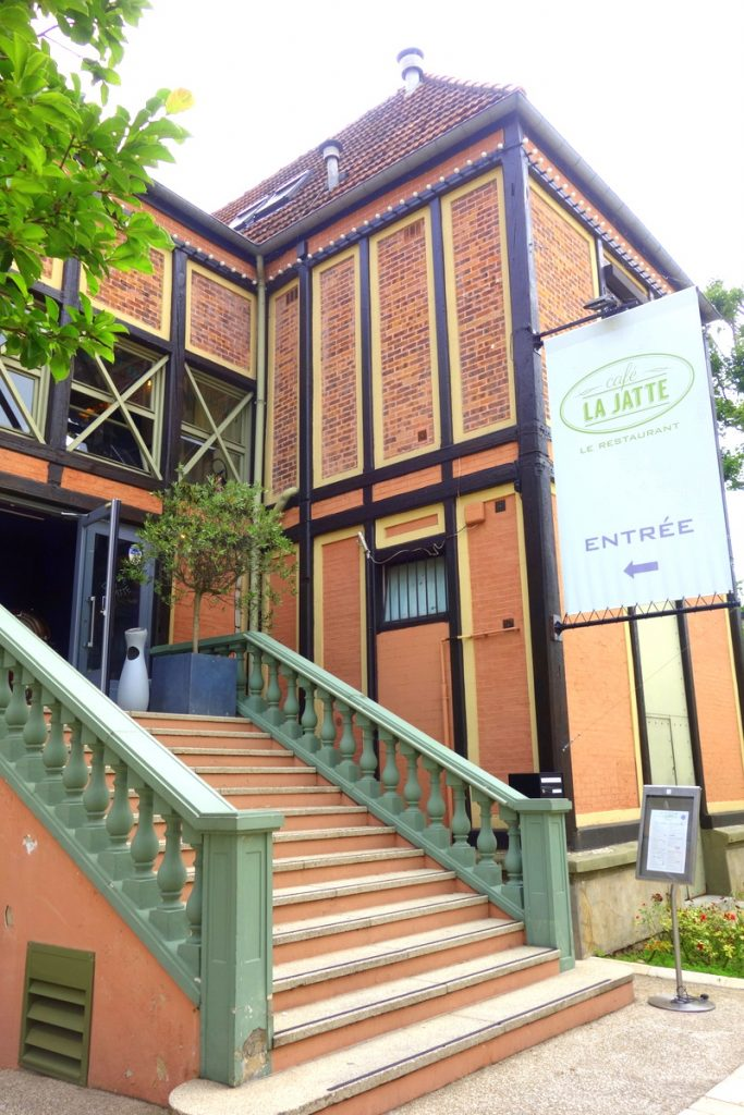 Le grand escalier du café La Jatte