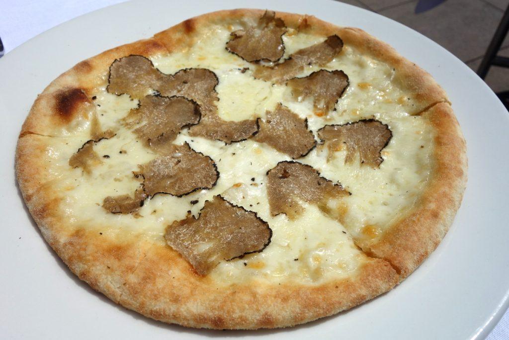Une Pizzetta Bianca aux truffes d'été à partager