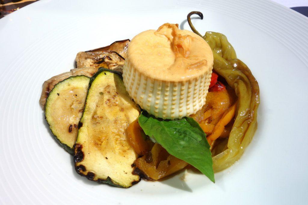 Assiette de légumes grillés avec Burratina artisanale des Pouilles légèrement fumée