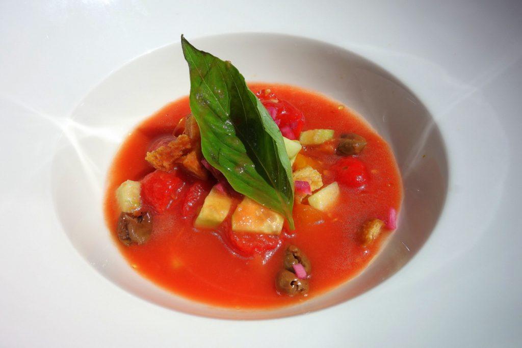Velouté frais de tomates façon panzanella servi devant nous