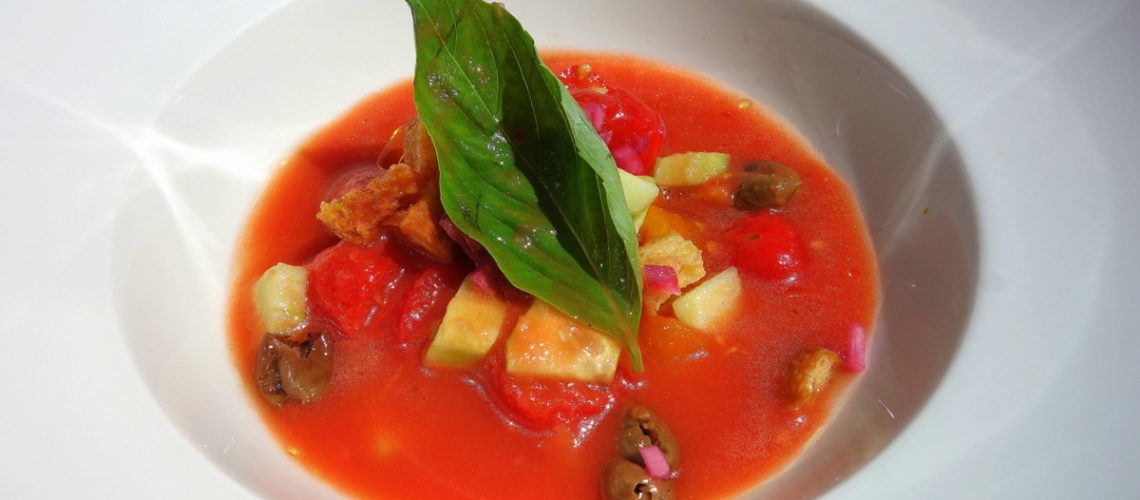 Velouté frais de tomates façob panzanella servi devant nous