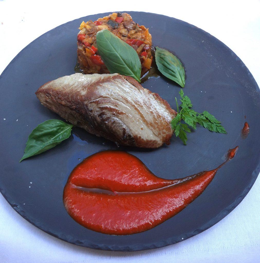 Filet de bonite planche, peperonata et basilic frais