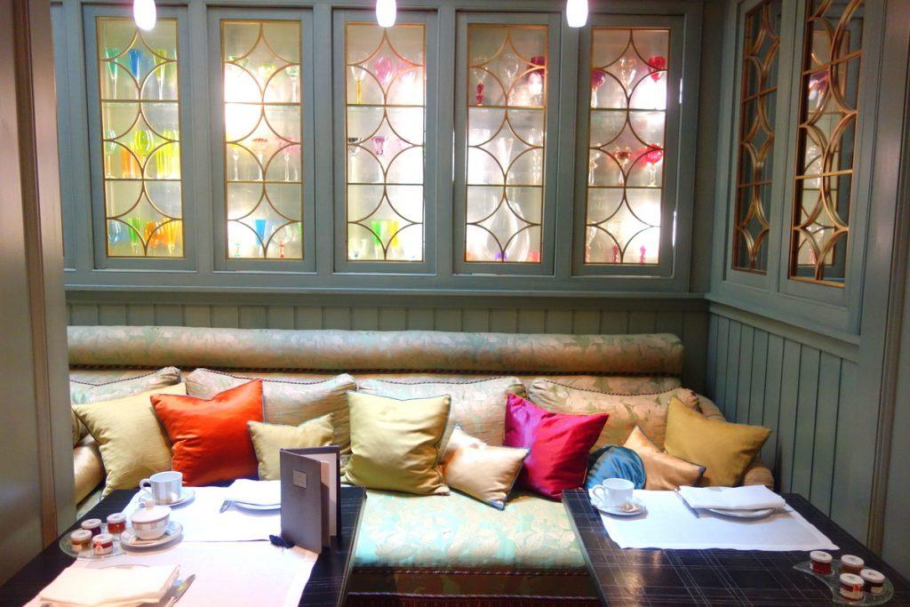 Petit coin cosy dans la deuxième salle de l'hôtel Daniel à Paris