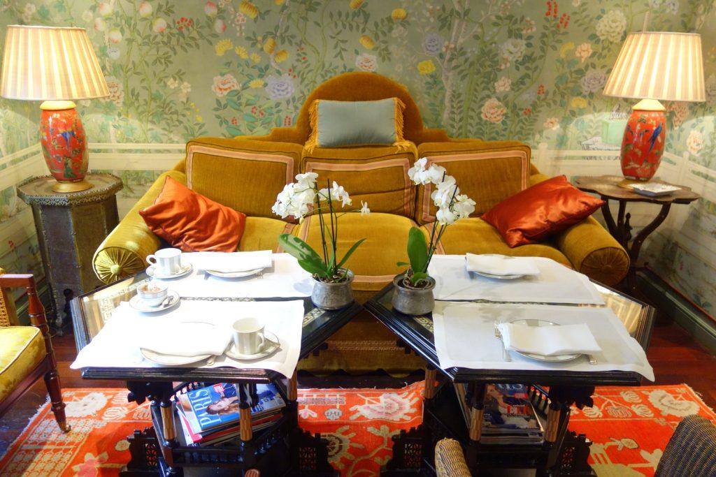 Canapés et orchidées : le cadre douillet proposé pour le brunch à l'hôtel Daniel à Paris