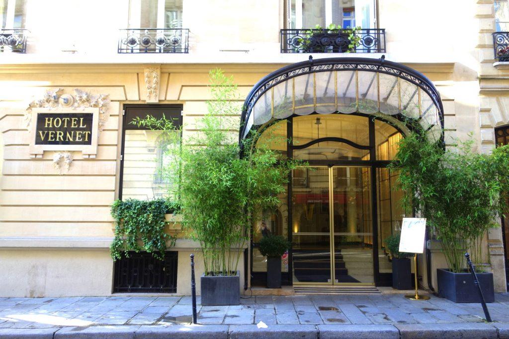 L'entrée de l'hôtel Vernet, un 5 étoiles parisien