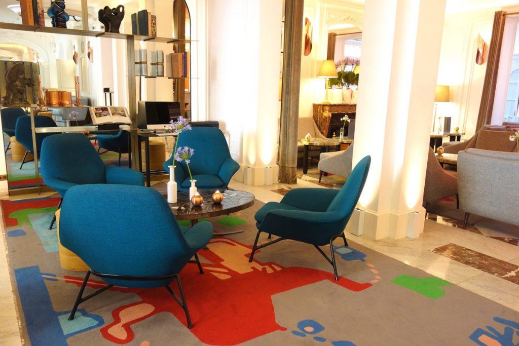 Le lobby de l'hôtel Vernet, un 5 étoiles parisien