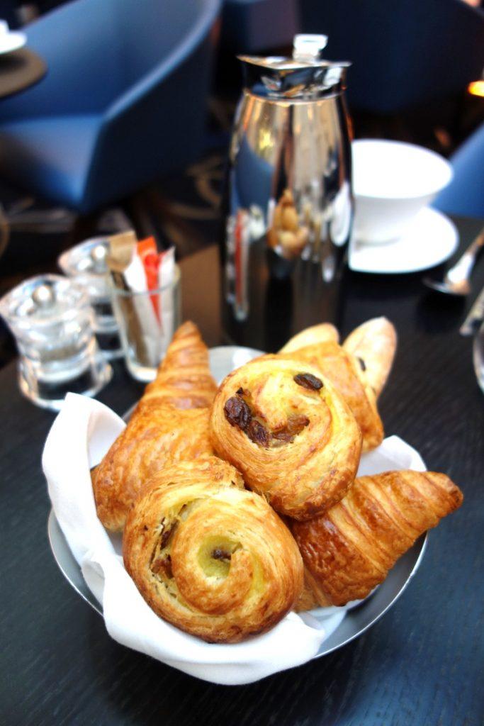Une corbeille de viennoiseries pour le petit-déjeuner