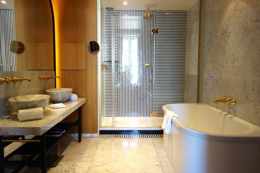 La salle de bains de notre suite à l'hôtel Vernet, un 5 étoiles parisien