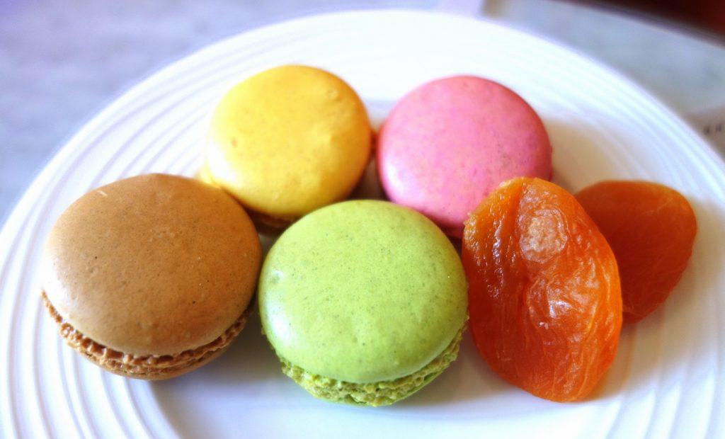 Des macarons laissés à notre attention à l'hôtel Vernet