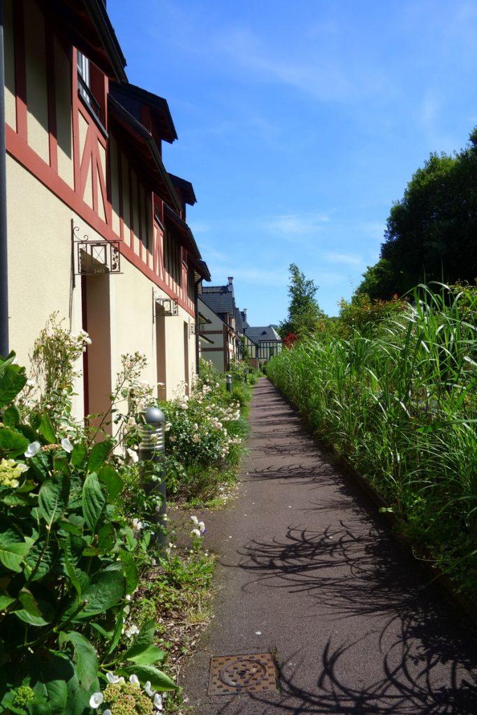 L'allée de verdure qui longe La lanterne et les Ramiers, à la résidence premium Pierre & vacances à Houlgate