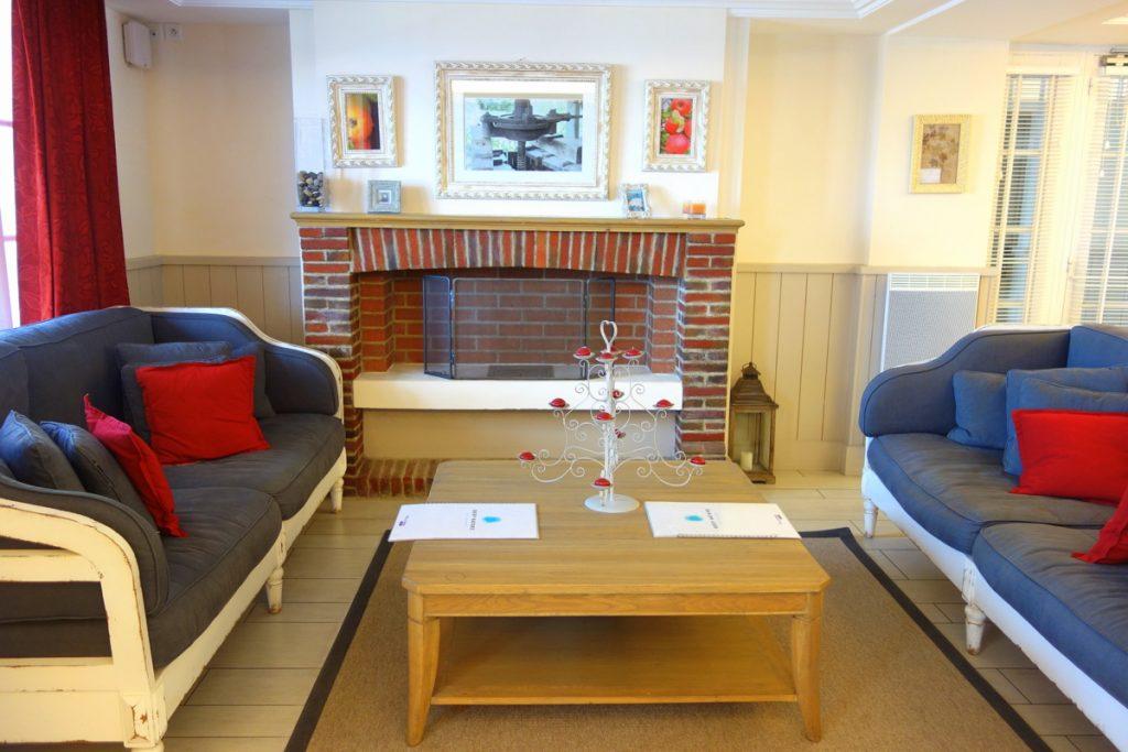 Le coin salon de la réception de la résidence premium Pierre & vacances à Houlgate